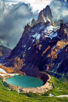 El Monte Fitz Roy, o Cerro Chaltén. Montaña de 3405 m ubicada en el límite entre Argentina y Chile, en la Patagonia,