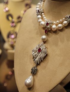 I love this! Elizabeth Taylor's La Peregrina- Early 16th Century Pearl, Ruby, and Diamond Necklace by Cartier.