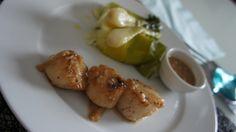 Noix de saint jacques dorées, sauce cidre échalotes, accompagnées d'oignons nouveaux et de poireaux glacés.