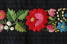 Fragment fartucha – haft płaski kolorowy, Sieradzkie, okres międzywojenny. Ze zbiorów Muzeum Archeologicznego i Etnograficznego w Łodzi, fot. Wł. Pohorecki #apron #folk #sieradz #embroidery