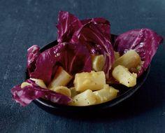 Farbklecks im Winter: Radicchio-Salat schmeckt nicht nur klasse sondern sieht auch super aus. Die Schwarzwurzeln marinieren wir und betten sie dann auf den schönen Salat!
