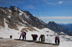 Gletscherabdeckung zur Erhaltung des Eismassives - http://www.reisegezwitscher.de/reisetipps-footer/1391-zugspitzgletscher-wird-auf-den-sommer-vorbereitet