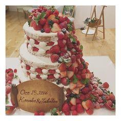 Wedding planner & プレ花嫁さん(@aya___wedding)「溢れんばかりのイチゴの#ネイキッドケーキ ♡ ・ ・ 近くにいると、イチゴの香りがしてとっても美味しそう!!! ・ ・ #wedding #blidal #originalwedding…」