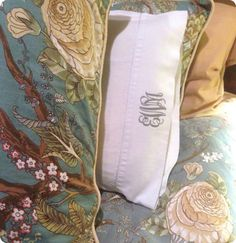 Make a Pottery Barn knock off monogram pillowcase in ten minutes using Cricut iron-on vinyl. Monogram Pillowcase, Pillowcase Pattern, Applique Monogram, Monogram Decal, Cricut Iron On Vinyl, Knock Off Decor, Pottery Barn Inspired, Embroidered Pillowcases, Vinyl Crafts