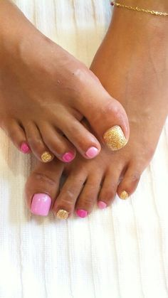 Ummm....so love this combo of colors, though I'm still wearing, dark denim blue >opi for winter! Still not ready for the Spring colors;) Pink n gold toes
