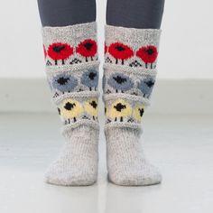 Garnpakken inneholder oppskrift og garn til et par sokker. Garnforbruk: Fjord Sokkegarn2 Skostørrelser: 34/36 – 38/39 – 43/44 Bf. lys…