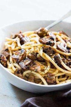 Mushroom spaghetti aglio olio recipe with the easiest pasta sauce Chicken Recipes Video, Pasta Recipes, Dinner Recipes, Cooking Recipes, Noodle Recipes, Spaghetti Aglio Olio Recipe, Easy Pasta Sauce, Vegetarian Recipes, Healthy Recipes