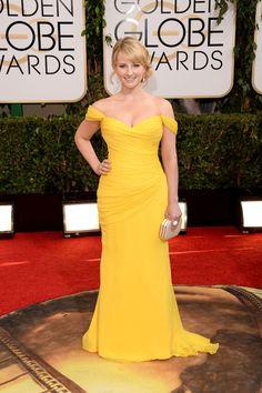 Melissa Rauch es la doctora en Biología de Big Bang Theory, con vestido amarillo.