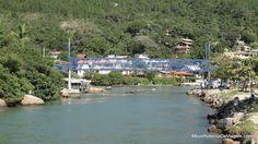 Ao longo do canal há vários restaurantes, com mesas em decks sobre a água.
