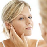 The Newest Acne Remedies - Skin Care Tips - Skin & Beauty - Daily Glow. Over 50 million people suffer from acne. Natural Face Lift, Best Natural Skin Care, Natural Beauty, Anti Aging Tips, Anti Aging Skin Care, Acne Marks, Acne Remedies, Natural Remedies, Perfect Skin