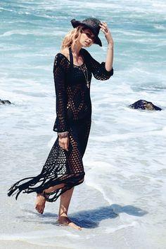Beach-Beauties aufgepasst - dieser umwerfend lässige, figurbetonte Hippie-Look mit langen Fransen am Saum bringt das entspannte Flair der 70er zurück! Dem durchsichtig gehäkelten Maxi-Style mit weitem Rundhalsausschnitt und ausgestellten langen Ärmeln fehlen vielleicht noch ein paar klimpernde Ketten und der breitkrempige Schlapphut, aber spätestens dann geht's ganz relaxed nichts wie ab zum Strand! #Hippie-Look #70ies #Impressionen