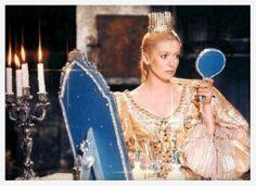 Catherine Deneuve dans Peau d'âne http://www.vogue.fr/joaillerie/red-carpet/diaporama/diamants-a-l-ecran-films-bijoux-les-hommes-preferent-les-blondes-titanic/16912/image/895701#!peau-d-039-ane-films-bijoux