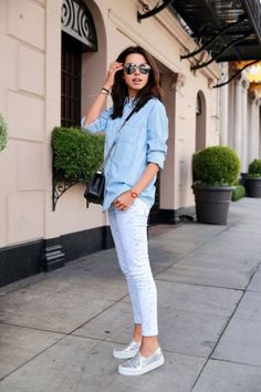 Mode Foto 17 / 26 : Jeanshemd kombinieren: Sportlich mit Jeans und Sneakers Where To Find Cheap Wedd Inspired Outfits, Chic Outfits, Spring Outfits, Fashion Outfits, Sneakers Fashion, Work Outfits, Dress Fashion, Denim Outfits, Jeans Fashion