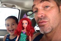 Menino escolhe boneca da princesa Ariel como presente – veja a reaçao do pai - Blue Bus