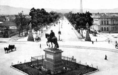 """Imagen que nos muestra la estatua ecuestre de Carlos IV, conocida como el """"Caballito"""", y los llamados """"Indios Verdes"""" al inicio del Paseo de la Reforma hacia finales del siglo XIX. Al no ser del gusto de cierto sector de la sociedad porfiriana, las efigies de los emperadores mexicas Izcóatl y Ahuízotl fueron trasladadas hacia 1901 a las orillas de la capital, en el inicio del Paseo de la Viga FOTO: Colección Villasana-Torres"""