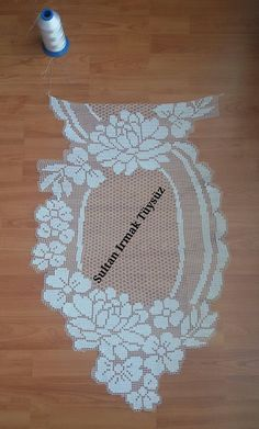 This Pin was discovered by Kar Filet Crochet, Crochet Art, Crochet Motif, Crochet Doilies, Crochet Table Runner, Crochet Tablecloth, Crochet Stitches Patterns, Doily Patterns, Craft Free