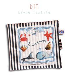 Le voici enfin !!! Le tuto du livre textile Pour l'occasion je me suis amusée à faire quelques illustrations, que vous pourrez télécharger et imprimer gratuitement et à votre guise si vous le désirez. Bon le tuto maintenant!!! Les fournitures 20 cm de...