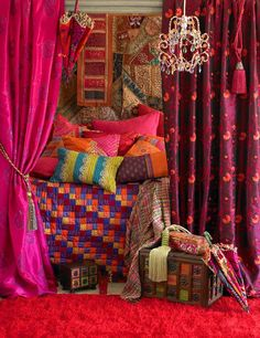 I'm in love with this room. Love all these bright mix of colors. Anything goes, so easy to decorate.