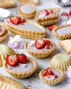 13 vegan and refined sugar-free coconut panna cotta tartlets topped with strawberrries and flower petals - Weddingomania Make Ahead Desserts, Delicious Desserts, Dessert Recipes, Mini Tartlets, Coconut Panna Cotta, Almond Tea, Classic Desserts, Tea Cakes, Wedding Desserts