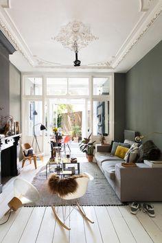 Appartement haussmannien, murs kaki lampe baladeuse, tables gigognes faisant office de table basse