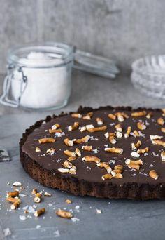 PRETZEL-SUKLAAPIIRAS | Koti ja keittiö Christmas 2019, Pretzel, Koti, Pudding, Chocolate, Sweet, Desserts, Drink, Photography