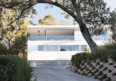 Located in Larkspur, California, USA, the Turner Residence was designed in 2013 by Jensen Architects. This new residential design was created with a fundamental relationship in mind, between the f… Will Turner, Arch Interior, Interior Architecture, Garage Guest House, California Architecture, San Francisco Design, Contemporary Interior Design, Contemporary Homes, Modern Homes