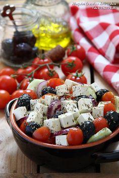 Piacevolmente fresca l'insalata greca si prepara in poco e vi farà viaggiare stando comodamente seduti a tavola.
