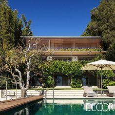 Contemplando o entrono natural, residência projetada há mais de 10 anos impressiona por sua arquitetura elegante.