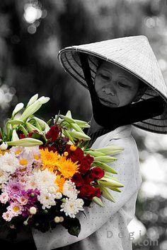 Flower vendor ~ Nam Dinh, Vietnam http://viaggivietnam.asiatica.com/