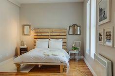 O quarto de solteiro, geralmente pequeno, pede soluções criativas e práticas: Monte uma cama de pallet e invista nos quadros claros para completar a decor!