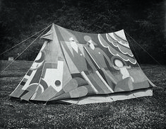 Angus McBean. Cecil Watt Paul Jones (Old Mole) sitt dekorerte telt, Althing 1931. Rettigheter: Kibbo Kift Foundation, gjengitt med tillatelse fra London School of Economics Library. Foto: Paul Knight