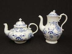 """Meissen """"Blue Onion"""" teapot and coffee pot, 7 1/2"""" and : Lot 98"""
