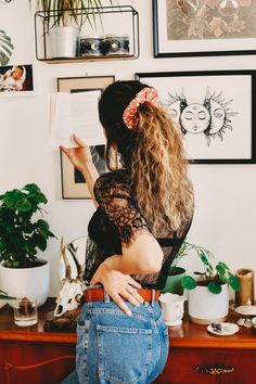 #headband #olive #turbanheadband #makeup #jeans #jeansjacket #blouse #moon #girl #boho #bohemian #olive #vintage #curlyhair #balayage #ring #biglips #eyeliner #shooting #streetstyle #fotoinspo #fashion2020 #lockstoffstore #scrunchie #scrunchies #rosalie #plantgirl #readingbooks #bookworm #plants #vintage #mumjeans #lace #homeinspiration #bohohome #wallart #urbanjungle Fashion Shoot, Fashion 2020, Big Lips, Turban Headbands, Alaia, Tgirls, Scrunchies, Curly Hair Styles, Eyeliner