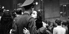 Alfred Eisenstaedt Soldier hugging his wife goodbye at Penn Station before he leaves for war. New York, 1944 Life Pictures, Couple Pictures, Picture Collection, Bored Panda, Vintage Love, Vintage Kiss, Vintage Ladies, Vintage Photographs, Historical Photos