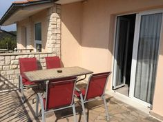 Tandara Apartments Okrug Gornji Situated in Okrug Gornji in the Ciovo Island Region, 15 km from Split, Tandara Apartments features a barbecue and views of the sea. Hvar is 38 km away. Free WiFi is provided throughout the property.