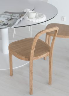 Woodnotes Siro+ oak chairs around a round dining table. Decor, Table, Simple Decor, Chair, Interior, Oak Chair, Boho Interiors, Round Dining Table, Coffee Table