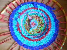 Unsre Kinder ....... unser Leben : Hulla Hoop Weberei aus Jersey,Fleece,Sweat Resten ... Upcycling your shirts by weaving a carpet using a hula hoop