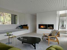 El arquitecto canadiense Todd Saunders abre las puertas de su casa, que pintó de blanco (por dentro) y negro (por fuera)