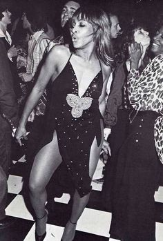 Tina Turner on the dancefloor of the famous night club Studio 54 Disco Fashion, 70s Fashion, Moda Disco, Studio 54 New York, Studio 54 Fashion, Studio 54 Style, Studio 54 Disco, 70s Glam, Lady Godiva