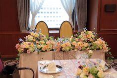 如水会館様への装花、 中央のバラは絆。 アプリコットオレンジでよい香りがします。 水色のデルフィニウムを添えて、 ミックスカラーで。 ...