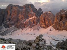O pôr do sol nas montanhas é sempre mágico! O grupo ITALIABELLA deseja a todos: uma BOA NOITE! :)  #roteiros #montanhismo #italia #trilhandomontanhas #dolomitas