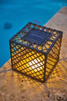 Louy est un lot de 2 cubes solaires sans fil LED blanc chaud. Le lot est composé d'un cube H26cm et le second plus petit H16cm. Ces cubes solaires effet rotin tressé se distinguent par leur design moderne et naturel, mais également par leur autonomie de fonctionnement (8 heures). Lanterne solaire et autonome, Louy apportera à votre décoration une touche tendance et originale. #lanterne #lanternesolaire #solaire #luminairesolaire #rotin #gris #naturelle #polyrotin #eclairage #panneausolaire Design Moderne, Cube, Decorative Boxes, Led, Gray, Bedroom Table Lamps, Point Light, Solar Lights, Decorative Storage Boxes