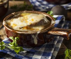 Dublin meets Paris in this amazingly tasty treat perfect for St. Are you craving some comfort food with an Irish twist? Look no further than this French onion soup recipe that uses none other than Guinness to wake up its classic flavor. Irish Recipes, Top Recipes, Cooking Recipes, Copycat Recipes, Nutrasystem Recipes, Appetizer Recipes, Pumpkin Recipes, Recipes Dinner, Soup Appetizers