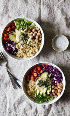 Buddha bowl végétarien : quinoa + chou rouge + pois chiche + carotte + salade frisée + avocat sauce : tahini + jus de citron + sauce soja + moutarde + vinaigre de vin