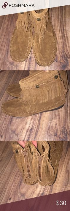 Low Minnetonka Fringe Boots Size 8.5 Very cute, low style Minnetonka, fringe boots. These zip in back. Size 8.5–minimal signs of wear. We accept reasonable offers and ship quickly! Thank you for looking! Minnetonka Shoes Ankle Boots & Booties