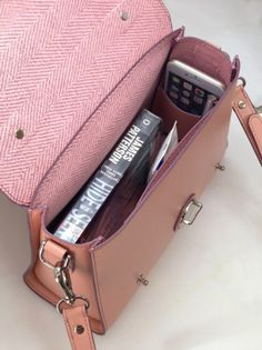 the phone pocket Leather Bag Design, Leather Bag Pattern, Leather Clutch, Leather Purses, Leather Handbags, Leather Totes, Handbag Patterns, Purses And Handbags, Luxury Handbags