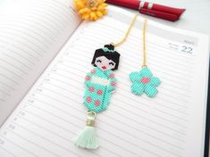 Marque pages kokeshi Hama Beads, Seed Beads, Book Markers, Peyote Stitch, Beading Patterns, Beadwork, Tassel Necklace, Embroidery, Bracelets