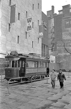 Tergelenheid van de opening van de metro nood-zuid lijn, is de eerst electrische tram van rotterdam van stal gehaald, en voor de bijenkorf geplaatst, 1968