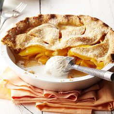 Peach-Mango Pie Combine ripe mangos and a simple peach pie filling to make a delicious dessert. Peach Mango Pie, Fresh Peach Pie, Mango Fruit, Köstliche Desserts, Delicious Desserts, Dessert Recipes, Yummy Food, Mango Desserts, Mango Recipes