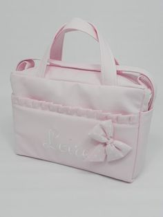 b e b e t e c a: BOLSOS DE POLIPIEL Bolso de maternidad de Leire, muy muy BONITO! bebetecavigo Sewing Baby Clothes, Baby Sewing, Diper Bags, Bible Bag, Pink Uggs, Denim Tote Bags, Baby Gadgets, Bible Covers, Purses And Bags